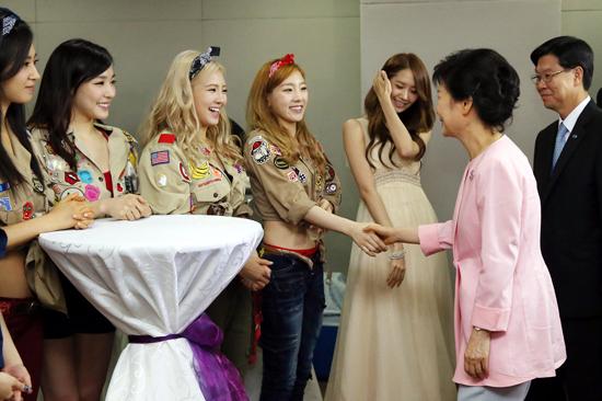 케이팝 스타들과 악수하는 박근혜 대통령