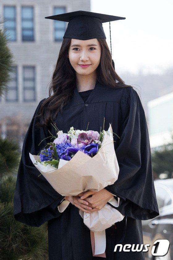 Yoona se gradua de la Universidad de Dongguk y asiste a la ceremonia de graduación Yoona1
