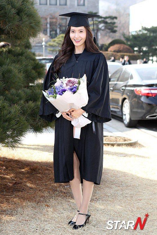 Yoona se gradua de la Universidad de Dongguk y asiste a la ceremonia de graduación Yoona10