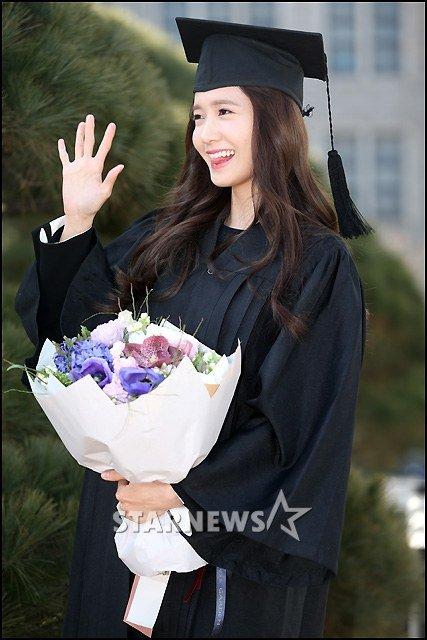 Yoona se gradua de la Universidad de Dongguk y asiste a la ceremonia de graduación Yoona11