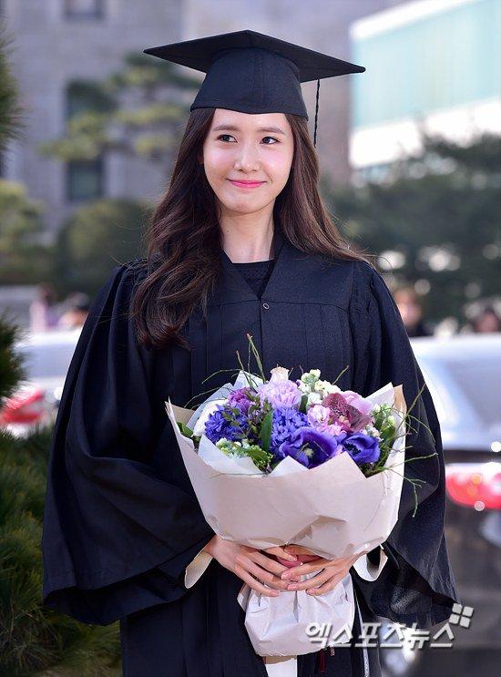 Yoona se gradua de la Universidad de Dongguk y asiste a la ceremonia de graduación Yoona13