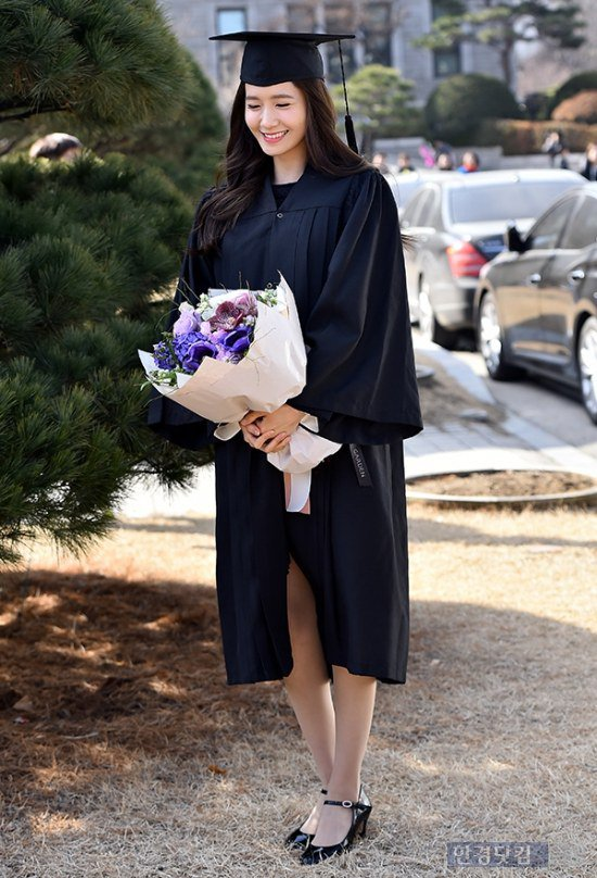 Yoona se gradua de la Universidad de Dongguk y asiste a la ceremonia de graduación Yoona14