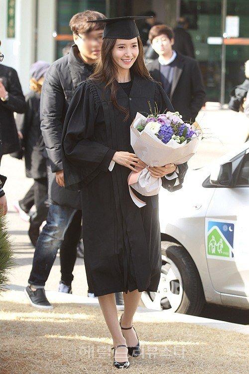 Yoona se gradua de la Universidad de Dongguk y asiste a la ceremonia de graduación Yoona16