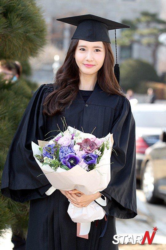 Yoona se gradua de la Universidad de Dongguk y asiste a la ceremonia de graduación Yoona17