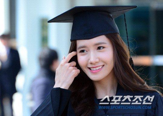 Yoona se gradua de la Universidad de Dongguk y asiste a la ceremonia de graduación Yoona18