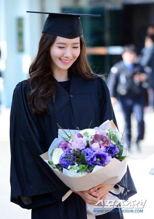 Yoona se gradua de la Universidad de Dongguk y asiste a la ceremonia de graduación Yoona19