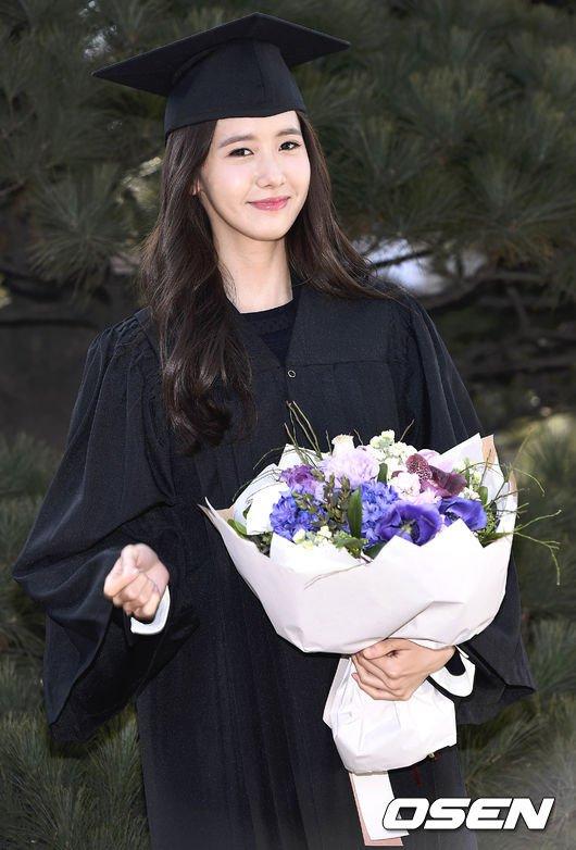 Yoona se gradua de la Universidad de Dongguk y asiste a la ceremonia de graduación Yoona2