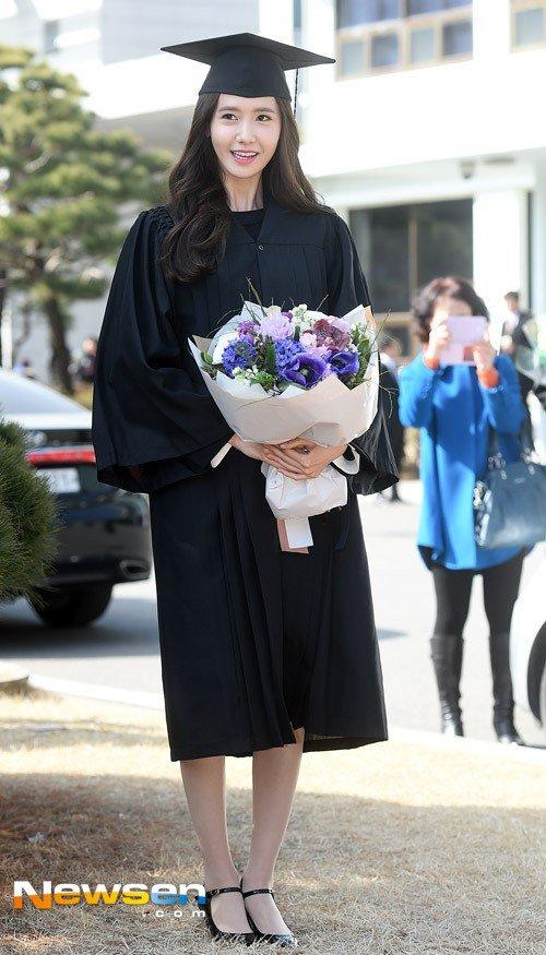 Yoona se gradua de la Universidad de Dongguk y asiste a la ceremonia de graduación Yoona21