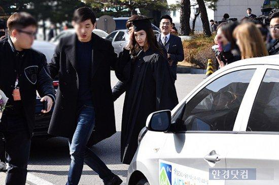 Yoona se gradua de la Universidad de Dongguk y asiste a la ceremonia de graduación Yoona22