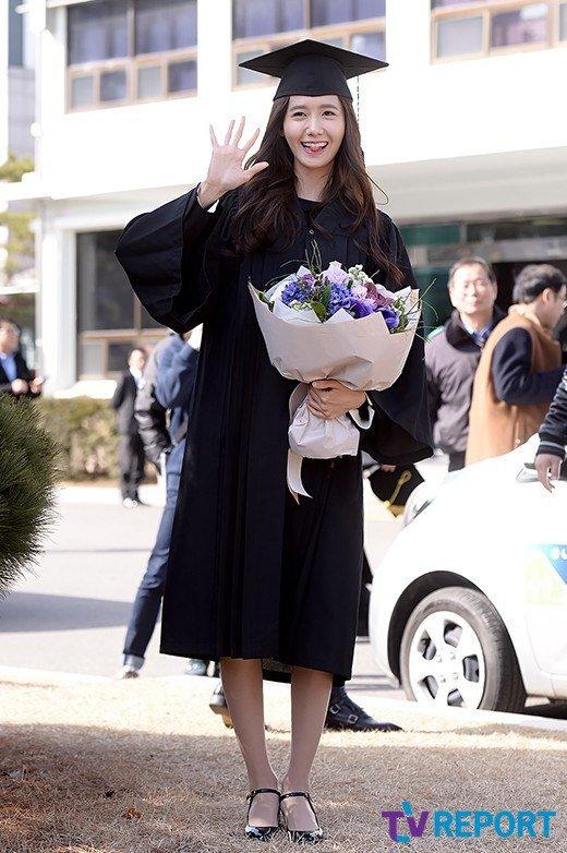 Yoona se gradua de la Universidad de Dongguk y asiste a la ceremonia de graduación Yoona23