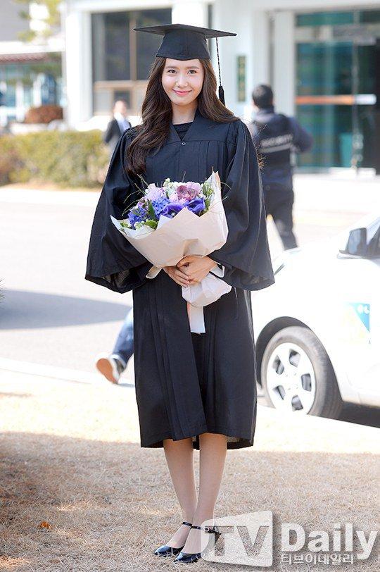 Yoona se gradua de la Universidad de Dongguk y asiste a la ceremonia de graduación Yoona25