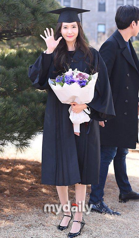 Yoona se gradua de la Universidad de Dongguk y asiste a la ceremonia de graduación Yoona26