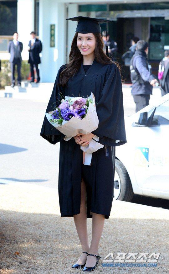 Yoona se gradua de la Universidad de Dongguk y asiste a la ceremonia de graduación Yoona27