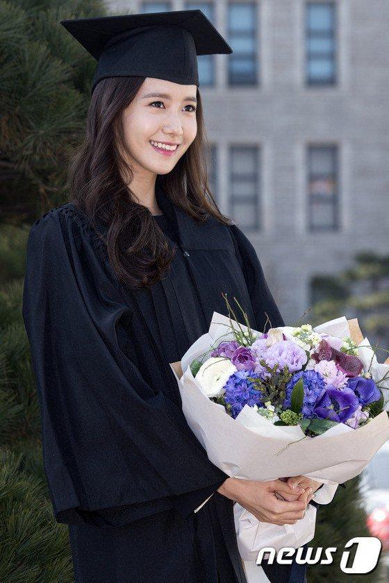 Yoona se gradua de la Universidad de Dongguk y asiste a la ceremonia de graduación Yoona28