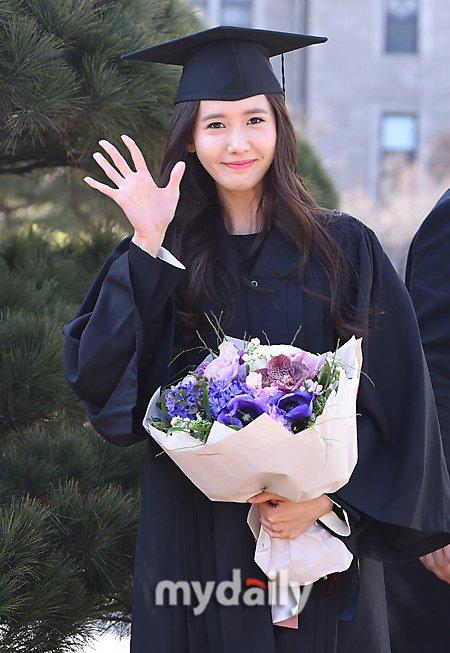 Yoona se gradua de la Universidad de Dongguk y asiste a la ceremonia de graduación Yoona29