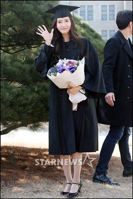 Yoona se gradua de la Universidad de Dongguk y asiste a la ceremonia de graduación Yoona3
