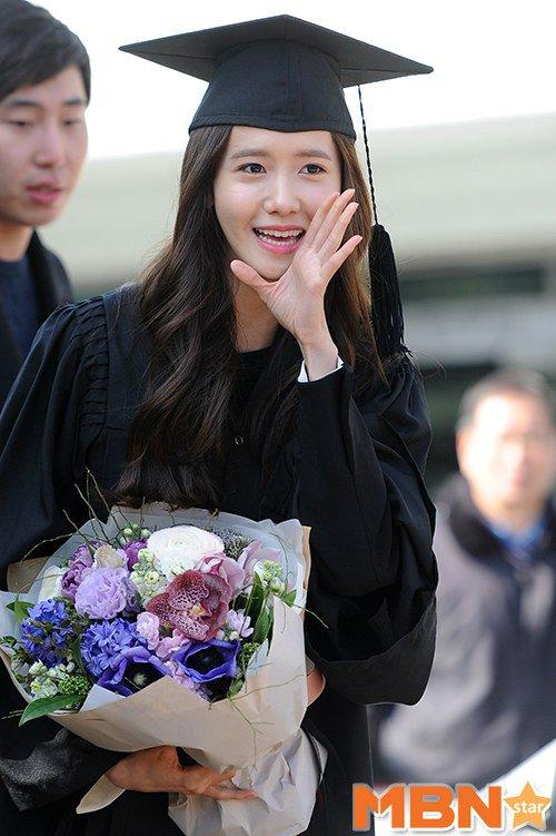 Yoona se gradua de la Universidad de Dongguk y asiste a la ceremonia de graduación Yoona31