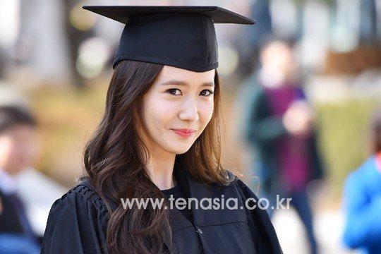 Yoona se gradua de la Universidad de Dongguk y asiste a la ceremonia de graduación Yoona32