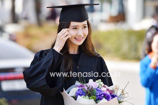 Yoona se gradua de la Universidad de Dongguk y asiste a la ceremonia de graduación Yoona33
