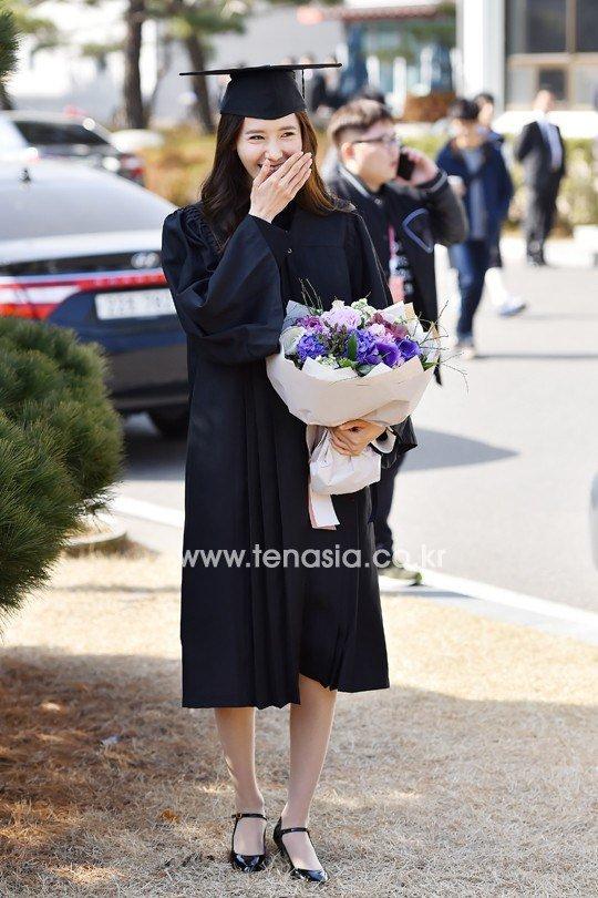 Yoona se gradua de la Universidad de Dongguk y asiste a la ceremonia de graduación Yoona34