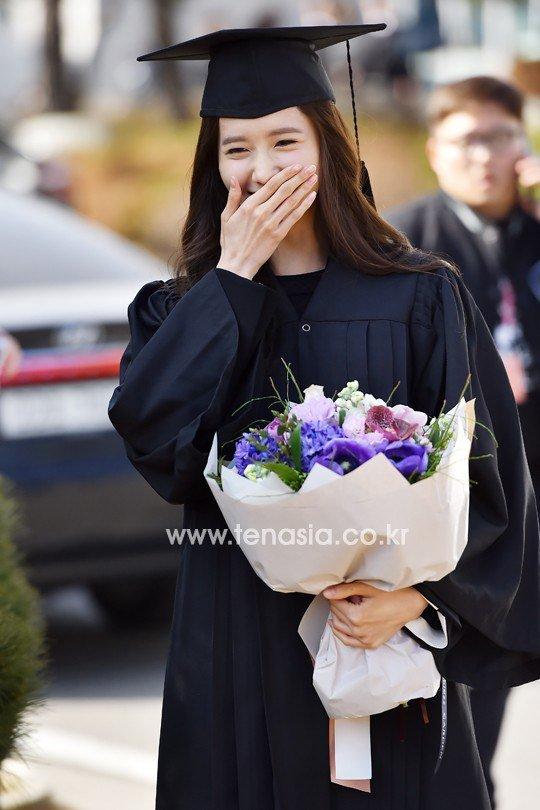 Yoona se gradua de la Universidad de Dongguk y asiste a la ceremonia de graduación Yoona35