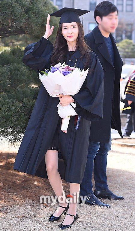 Yoona se gradua de la Universidad de Dongguk y asiste a la ceremonia de graduación Yoona36
