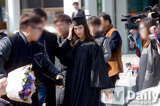 Yoona se gradua de la Universidad de Dongguk y asiste a la ceremonia de graduación Yoona38