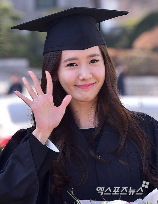 Yoona se gradua de la Universidad de Dongguk y asiste a la ceremonia de graduación Yoona39
