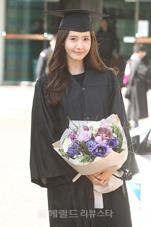 Yoona se gradua de la Universidad de Dongguk y asiste a la ceremonia de graduación Yoona40