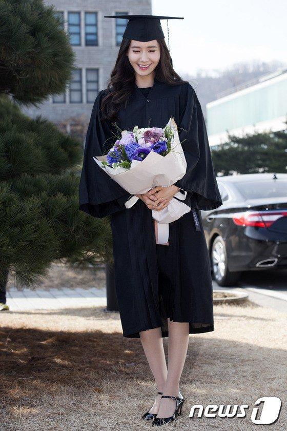 Yoona se gradua de la Universidad de Dongguk y asiste a la ceremonia de graduación Yoona8