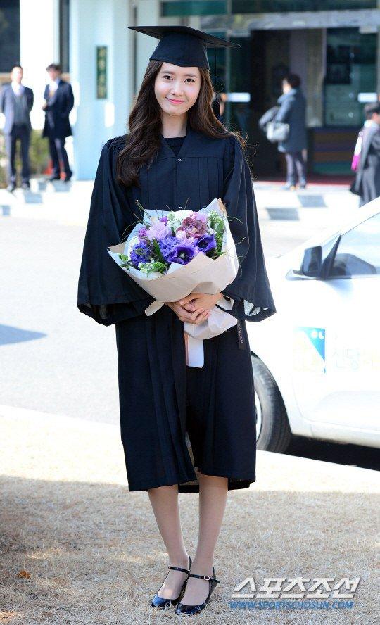 Yoona se gradua de la Universidad de Dongguk y asiste a la ceremonia de graduación Yoonacover