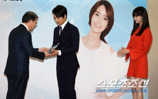 Yoona Asiste a la Ceremonia de Nombramiento al Embajador Nacional de Impuestos y Servicios Yoona30
